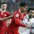 Joaquín Correa, frente a Marcelo en el encuentro de ida de la Copa del Rey contra el Madrid