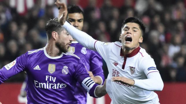 Correa cae ante Ramos en un lance del Sevilla FC-Real Madrid
