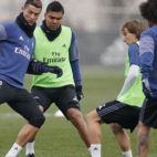 Cristiano Ronaldo encara a Modric (Foto: Real Madrid)