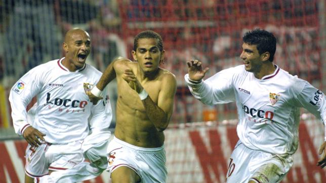 Darío Silva, Alves y Reyes celebran uno de los tantos sevillistas de la goleada al Real Madrid en 2003 (Foto: Rocío Ruz)