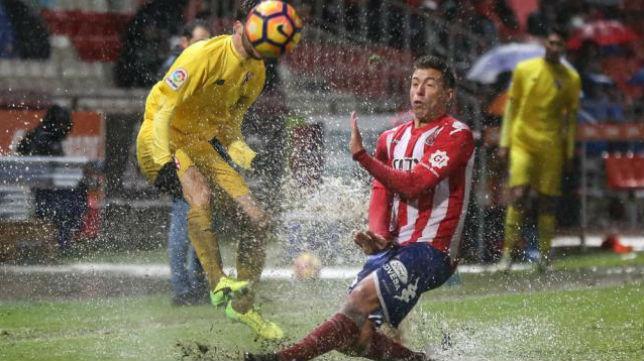 David Carmona intenta centrar un balón en el Girona- Sevilla Atlético. Foto: LaLiga