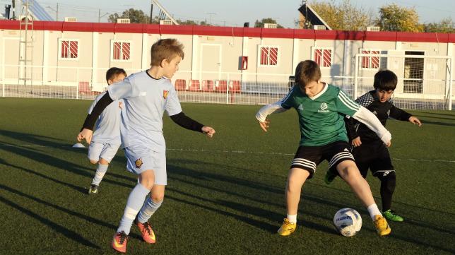 Niños de las escuelas de fútbol SFC Antonio Puerta y de la Fundación RBB juegan en la ciudad deportiva del Sevilla. Foto: SFC