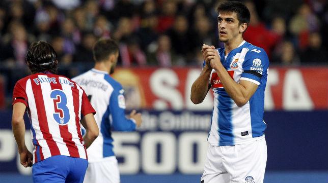 Gerard Moreno se lamenta de una ocasión fallada en el Atlético-Espanyol de esta temporada (Foto: EFE)