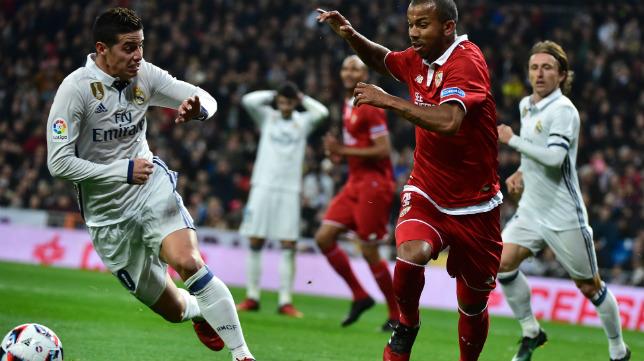 James y Mariano, en un lance del Real Madrid-Sevilla FC