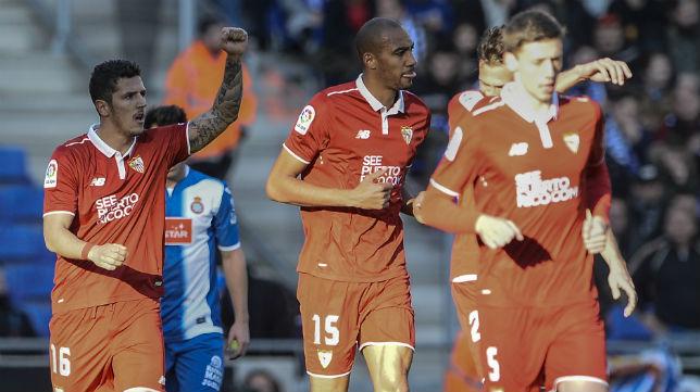 Stevan Jovetic levanta su brazo izquierdo celebrando el gol que marcó en Cornellá (Foto: AFP Photo)