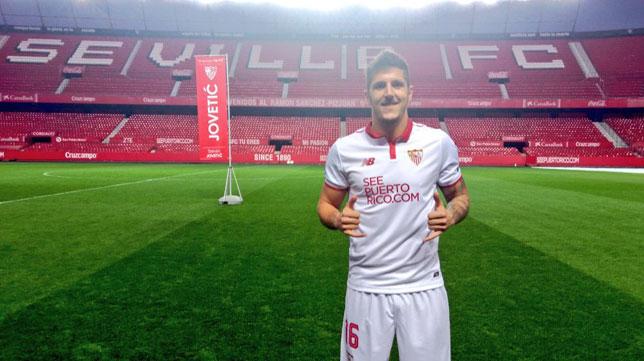 Jovetic posa con la camiseta del Sevilla FC