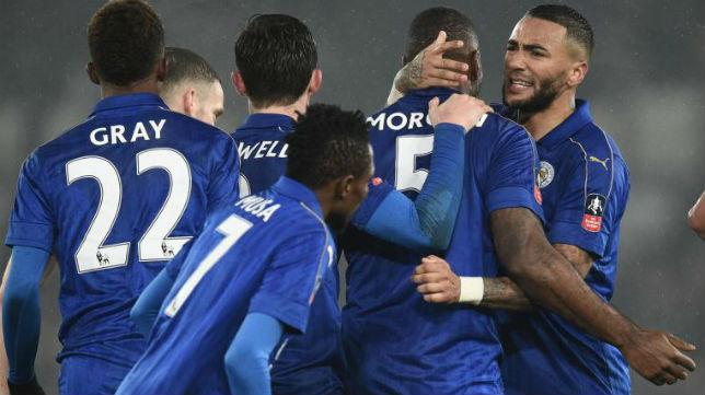 Morgan es felicitado por sus compañeros (AFP)