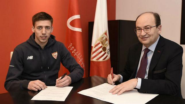 Clement Lenglet junto a José Castro en el momento de su firma como jugador del Sevilla FC (Foto: SFC)