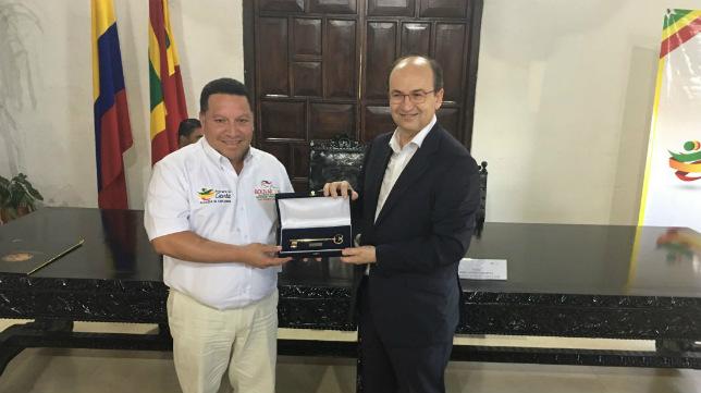 El alcalde de Cartagena de Indias, Manuel Vicente Duque, le entregó a Castro la 'Llave de la ciudad' (Foto: SFC)