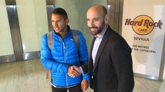 Walter Montoya y Monchi, en la llegada del argentino a Sevilla (Foto: F. M.)