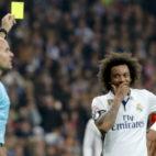 Mateu Lahoz muestra una amarilla durante el Real Madrid-Sevilla FC de la Copa