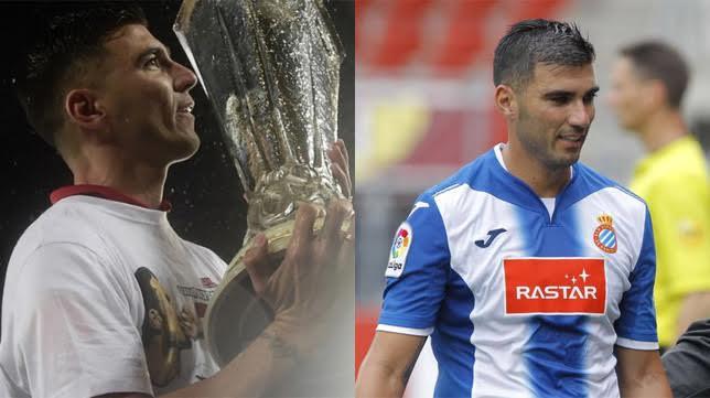 Reyes, con una de las copas de la UEFA que ganó con el Sevilla y con la camiseta del Espanyol