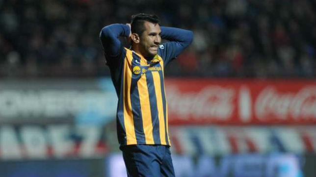 Walter Montoya se lamenta de una acción con su club, Rosario Central