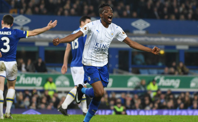 Musa anotó los dos goles del Leicester contra el Everton