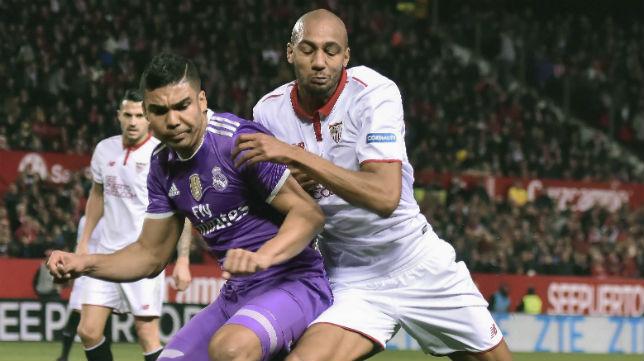 Nzonzi pugna con Casemiro por un balón en el partido liguero ante el Real Madrid (Foto: EFE)
