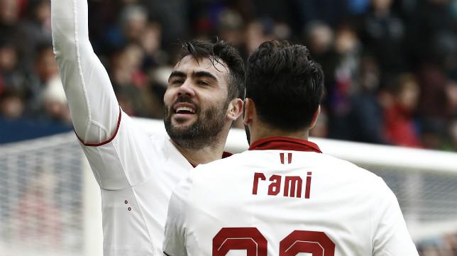 Iborra celebra junto a Rami uno de los goles del valenciano en El Sadar