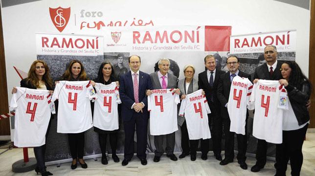 Ramoní posa en el homenaje del Sevilla (Foto: SFC)