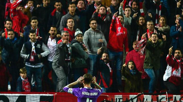 Sergio Ramos se pone las manos en las orejas tras marcarle el penalti al Sevilla FC