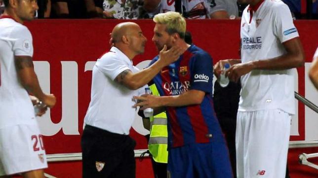 Sampaoli saluda a Messi en la Supercopa de España