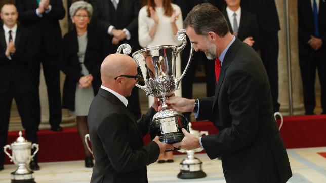 Sampaoli recibe del Rey el Trofeo Comunidad Iberoamericana. Foto: Casa Real