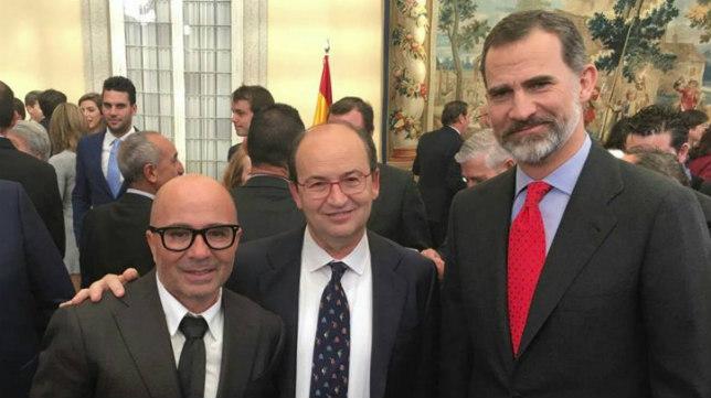 Jorge Sampaoli y José Castro, junto a S.M. el Rey Felipe VI. Foto: SFC