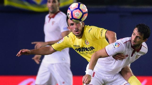 Sansone disputa un balón con Pareja en el duelo entre el Villarreal y el Sevilla FC de la primera vuelta
