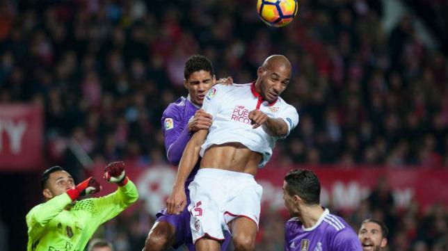 Nzonzi y Varane disputan un balón aéreo en el Sevilla FC-Real Madrid
