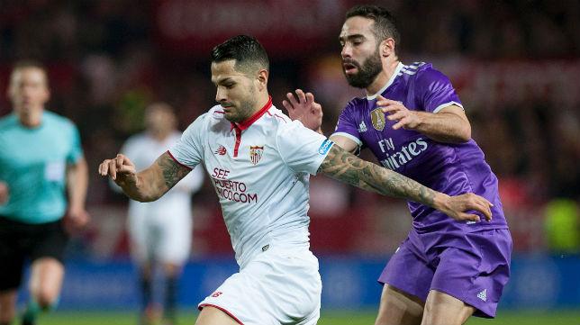 Vitolo corre delante de Carvajal en el Sevilla-Madrid de LaLiga (Foto: AFP Photo)