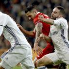 Vitolo intenta marcharse de Carvajal y Varane en el Madrid-Sevilla FC de la ida de la Copa del Rey (Foto: EFE)