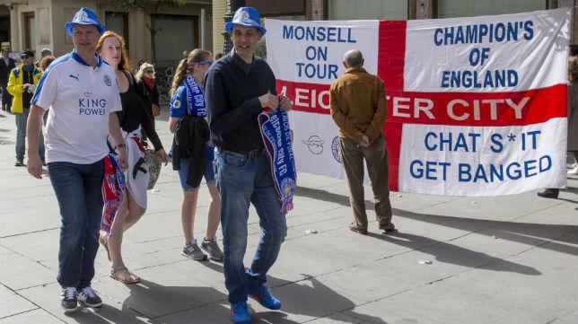 Aficionados del equipo de fútbol del Leicester City pasean por las calles del centro de Sevilla (FOTO: EFE/Raúl Caro)