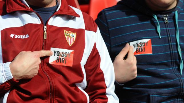 Aficionados con la pegatina 'Yo soy Biri', en el Sevilla FC-Villarreal