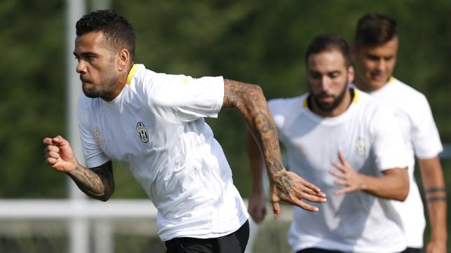 Daniel Alves, en un entrenamiento con la Juventus