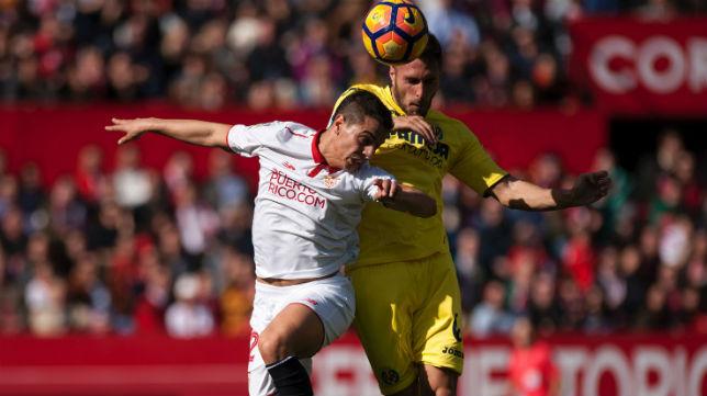 Ben Yedder disputa un balón con Víctor Ruiz durante el Sevilla-Villarreal