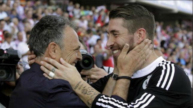 Joaquín Caparrós y Sergio Ramos se saludan cariñosamente en un Granada-Real Madrid (Foto: EFE)
