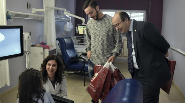 Sarabia y el presidente, Castro, departen con una niña en el hospital (Foto: Sevilla FC)