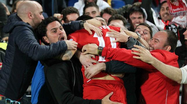 Joaquín Correa celebró con los aficionados su gol en Las Palmas