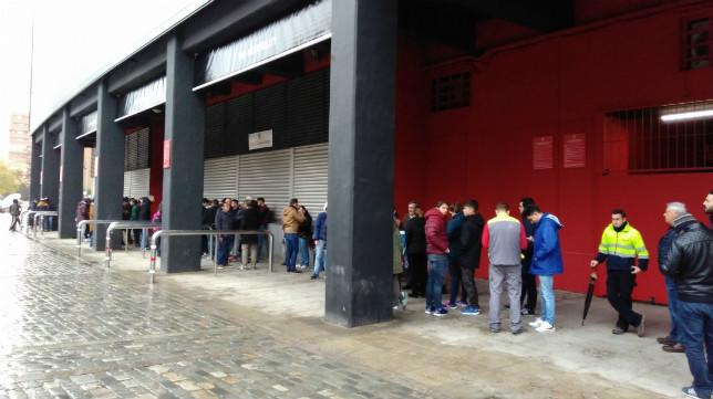 Aficionados del Sevilla hacen cola para sacar entradas para Leicester. Foto: SFC