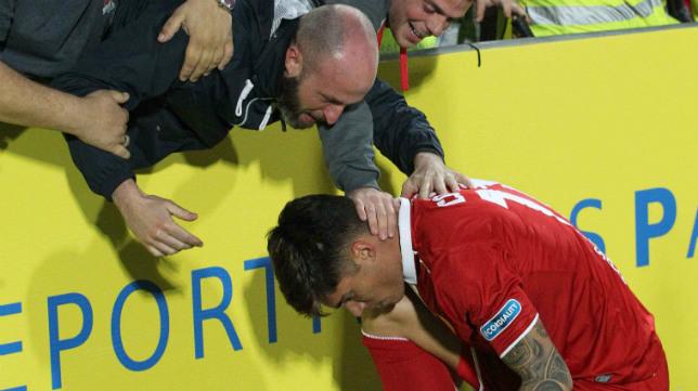 Correa celebra con los aficionados del Sevilla su gol en Las Palmas