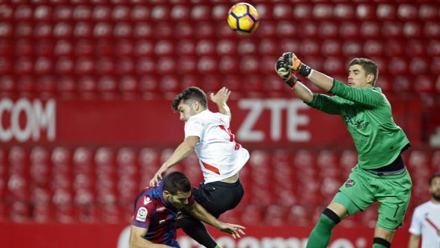 Curro intenta rematar un centro en el Sevilla Atlético- Levante. Foto: LaLiga