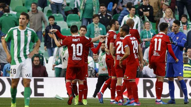 Los futbolistas del Sevilla celebran el triunfo en el derbi jugado en Heliópolis (Foto: J. M. Serrano)