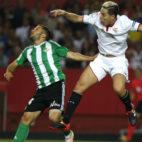 Nasri salta con Durmisi en el derbi jugado en el Sánchez-Pizjuán (Foto: J. M. Serrano)