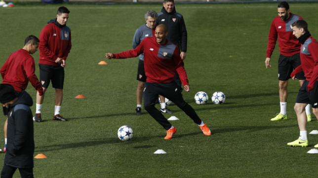 La plantilla del Sevilla FC, durante el entrenamiento de ayer en la ciudad deportiva