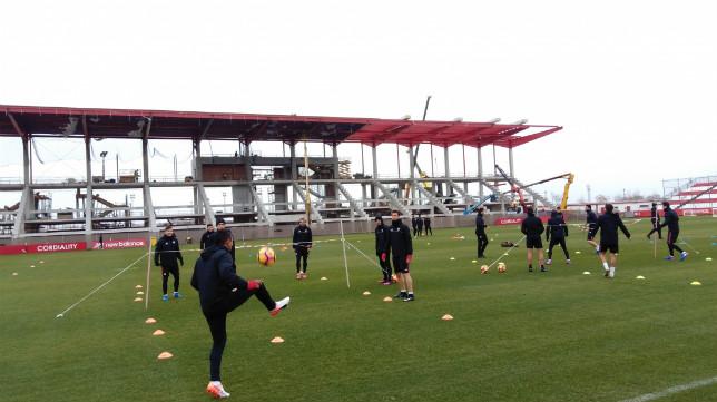 Los futbolistas del Sevilla FC de ejercitan en la ciudad deportiva en la mañana del jueves. Foto: SFC
