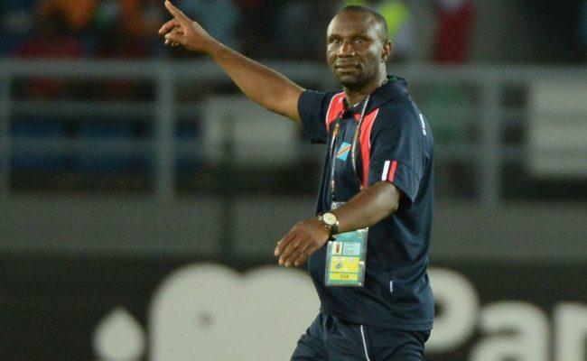 Ibenge Florent da indicaciones en un duelo de la selección del Congo