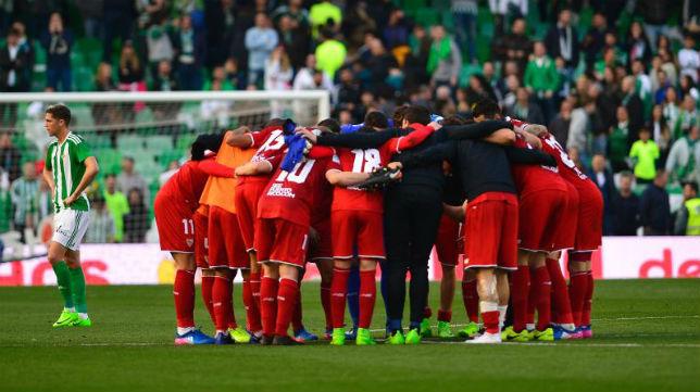 Los jugadores del Sevilla tras el partido ante el Betis
