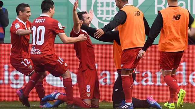 Iborra celebra con sus compañeros el 1-2 en el Betis-Sevilla FC