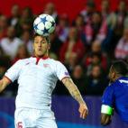 Stevan Jovetic intenta controlar un balón de cabeza ante el Leicester (Foto: AFP)