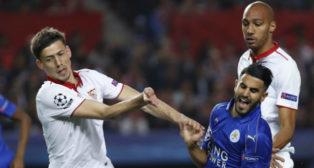 Clement Lenglet pelea con Mahrez por un balón en el Sevilla-Leicester(Foto: EFE)