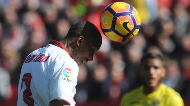 Mariano cabecea un balón en el Sevilla FC-Villarreal
