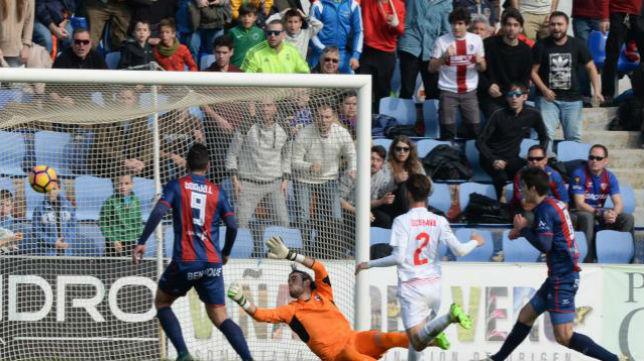 Melero bate a José Antonio Caro poniendo el 2-0 en el marcador en el Huesca- Sevilla Atlético. Foto: LaLiga